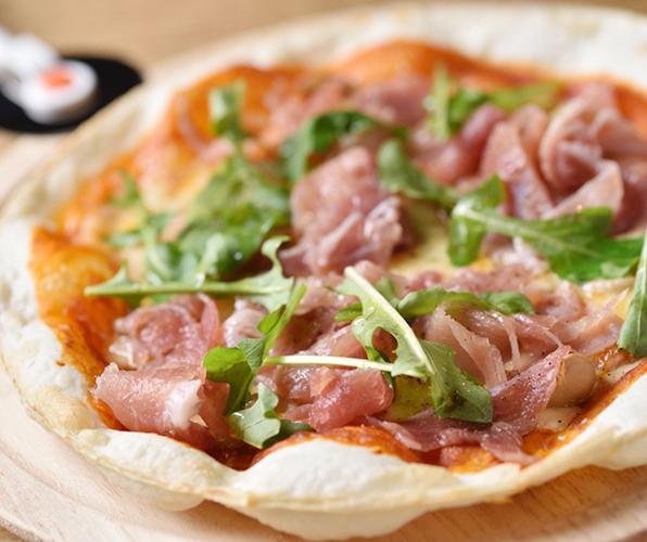生ハムとルッコラのトマトソースピザ